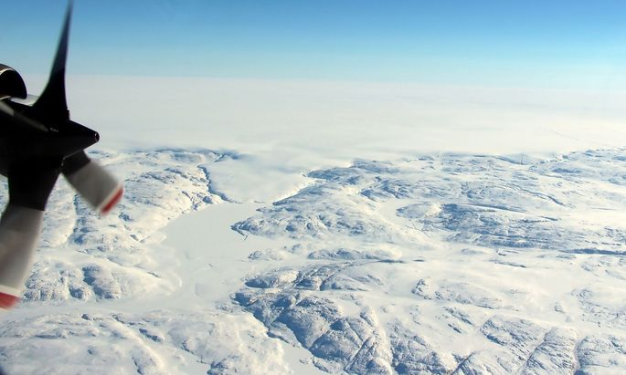 Ein Blick aus dem Flugzeug auf den Krater.