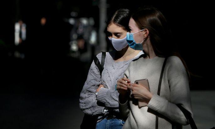 Jüngere Menschen mit vielen sozialen Kontakten im Beruf oder in der Freizeit bilden ideale Reservoirs für Viren, die sich gefährlich verändern könnten. Nur ein Grund, der für ihre schnellere Impfung spricht.