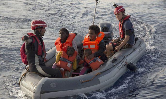 """Anlandeplattformen sollen """"keinen Pull-Faktor"""" bilden, also keinen Anziehungspunkt für Flüchtlinge und Migranten darstellen."""