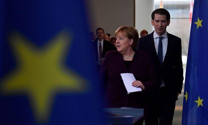 Die deutsche Kanzlerin Angela Merkel mit Sebastian Kurz bei einer Presekonferenz am Montag in Berlin.