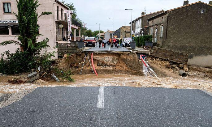 Die Wassermassen rissen auch Straßen und Brücken mit sich.