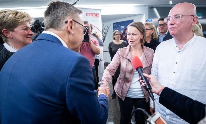 Handshake vor dem Feilschen: Arbeitgeber-Verhandler Sonja Marchhart und Peter Buchmüller sowie Arbeitnehmer-Verhandler Anita Palkovich und Martin Müllauer