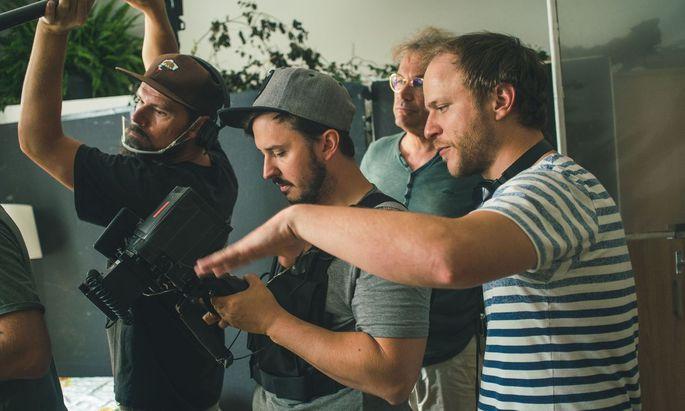 """Filmemacher Adrian Goiginger (rechts) dreht derzeit in Tirol seinen jüngsten Film: """"Märzengrund""""."""