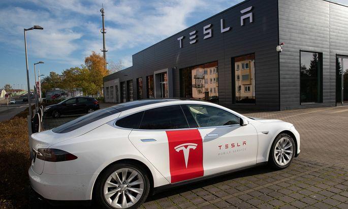 Tesla Model S vor einem frisch eröffneten Schauraum in Hannover