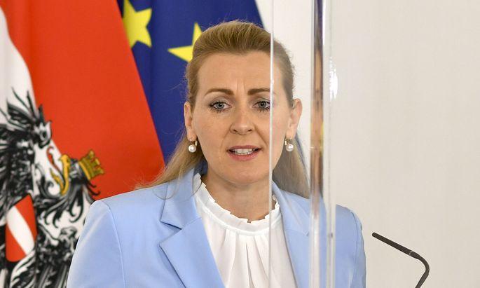 Arbeitsministerin Christine Aschbacher: Dynamik am Arbeitsmarkt auch in Krisenzeiten hochChristine Aschbacher