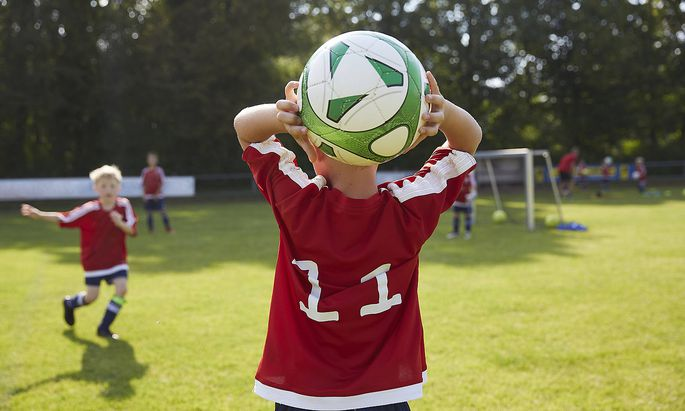 Soccer boy throwing ball on field model released Symbolfoto AUF00510