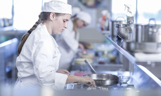Teenage girl cooking in canteen kitchen model released Symbolfoto property released PUBLICATIONxINxG