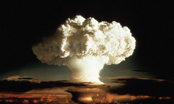 MUSHROOM CLOUD OF FIRST HYDROGEN BOMB TEST