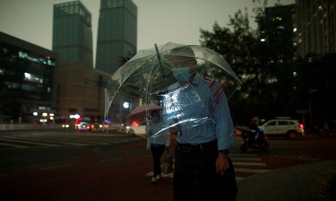 Starke Gewitter vor dem coronabedingt verspäteten Beginn des Volkskongresses, der wichtigsten innenpolitischen Veranstaltung im chinesischen Kalenderjahr.