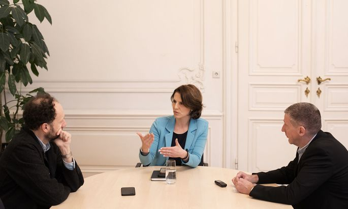 Europaministerin Karoline Edtstadler im Interview mit Michael Laczynski (l.) und Wolfgang Böhm (r.).