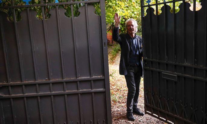 Peter Handke nach der Nachricht vom Nobelpreis – im Garten seines Hauses im Pariser Vorort Chaville.