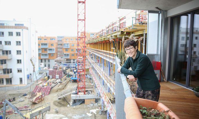 Barbara Goesch (65) auf dem Balkon ihrer Eigentumswohnung. Sie und ihre Lebensgefährtin waren die ersten Bewohner in der Seestadt Aspern.