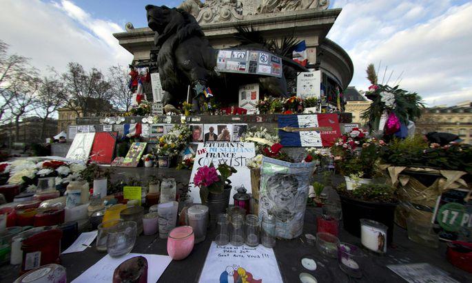 Solidarität mit den Opfern von Brüssel: Kerzen, Blumen und selbst gemalte Plakate auf dem Place de la République in Paris.