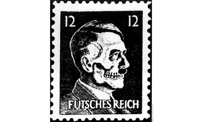 Eine der wohl bekanntesten Fälschungen zu Propagandazwecken: die Hitler-Totenkopf-Marke.