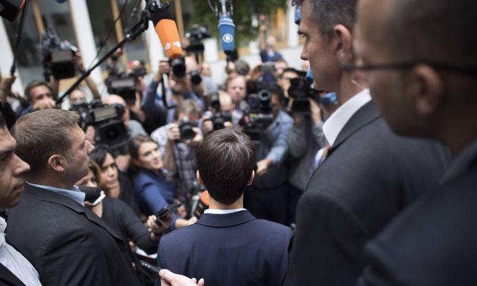Frauke Petry wird von Reportern, Fotografen und Kameraleuten nach ihrem Coup in der Bundespressekonferenz in Berlin belagert.