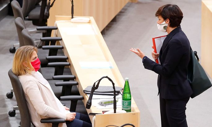 Head of SPOe Rendi-Wagner talks to head of NEOS Meinl-Reisinger during a session of the Parliament in Vienna