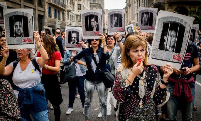 In Barcelona demonstrierten Anhängerinnen der Separatistenbewegung gegen die Verurteilung ihrer Anführer.