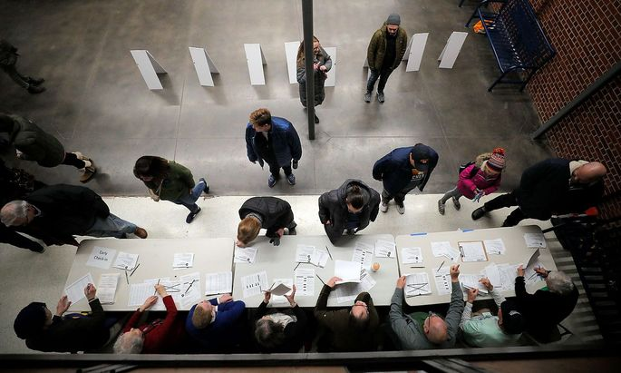 Vorwahl-Teilnehmer treffen in einem der Wahllokale in Iowa ein.