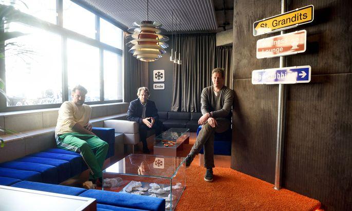 """Hennes Weiss, Benjamin Loudon und Heinz Tronigger (von links) in den Räumlichkeiten ihrer neuen Hybridbar """"Praterstraße""""."""