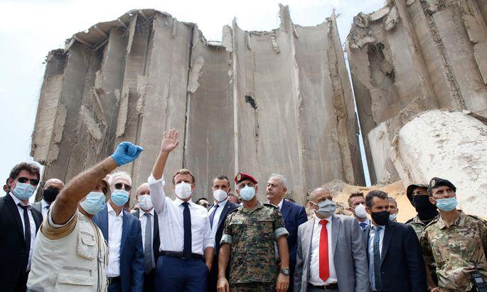 Der französische Präsident Emmanuel Macron macht sich bei einem Kurzbesuch in Libanons Hauptstadt Beirut ein Bild von den Verwüstungen nach der Explosionskatastrophe.