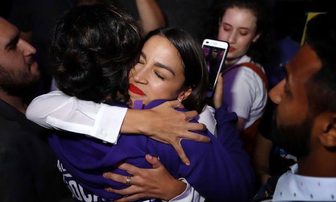 Die New Yorker Demokratin Alexandria Ocasio-Cortez schwelgt im Jubel über ihren Wahlsieg. Die 29-Jährige aus der Bronx wird die jüngste Abgeordnete im Repräsentantenhaus werden.