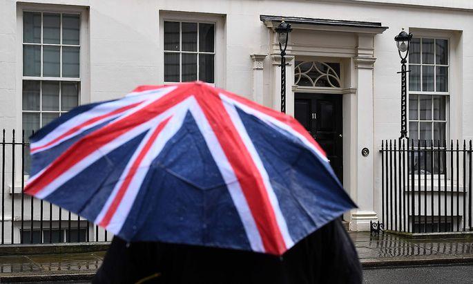 Großbritanniens Schatzkanzler Philip Hammond erwartet, dass der geplante EU-Austritt sein Land rund 122 Milliarden Pfund (139,83 Milliarden Euro) kosten dürfte.