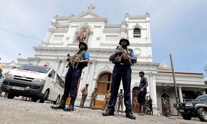 Das Militär bewacht die Kirche St. Antonius in Colombo