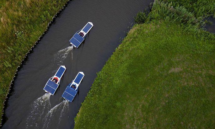 Drohnenfoto zeigt Stidenten mit Solar-Booten.