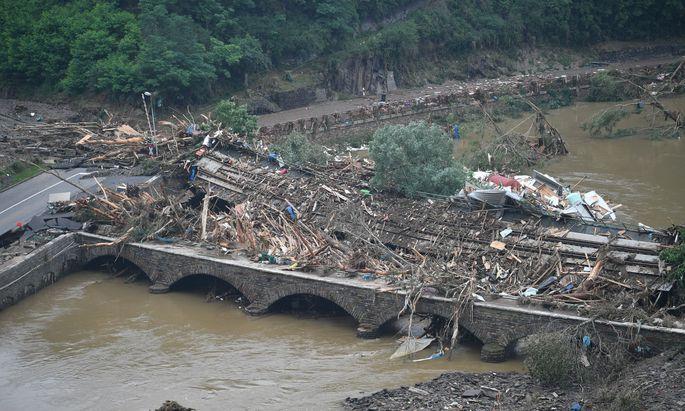 Eine Brücke nach Altenahr, Rheinland-Pfalz, ist durch Schutt und eine Eisenbahnbrücke versperrt