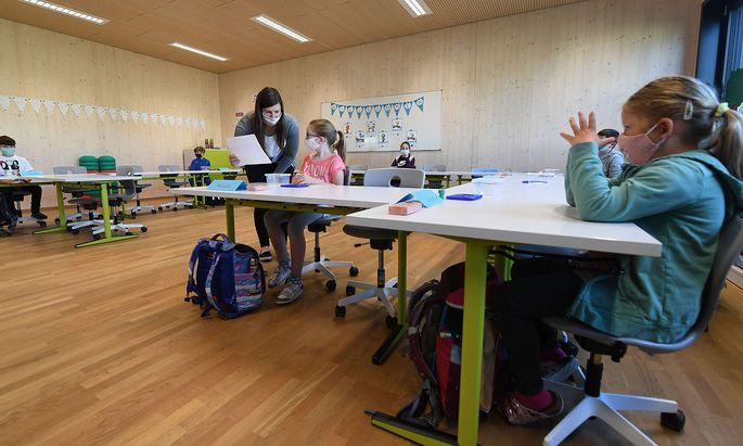 Die Schüler sitzen wieder in den Bankreihen – mit Abstand zueinander und Maske im Gesicht. Hier ein Blick in eine Volksschule in Brunn am Gebirge.