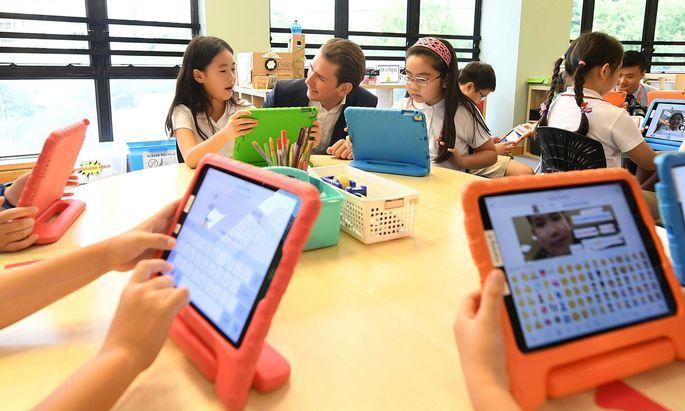 Kanzler Sebastian Kurz auf Besuch in einer Privatschule in Hongkong. Die Tablets bezahlen die Eltern zusätzlich zum Schulgeld von 15.000 Euro pro Jahr.