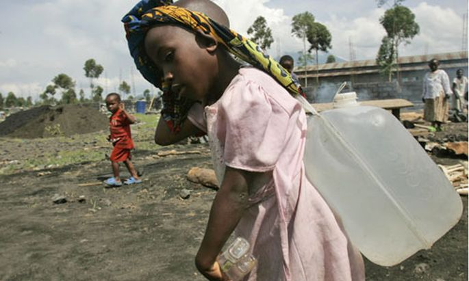 Kind trägt Wasser