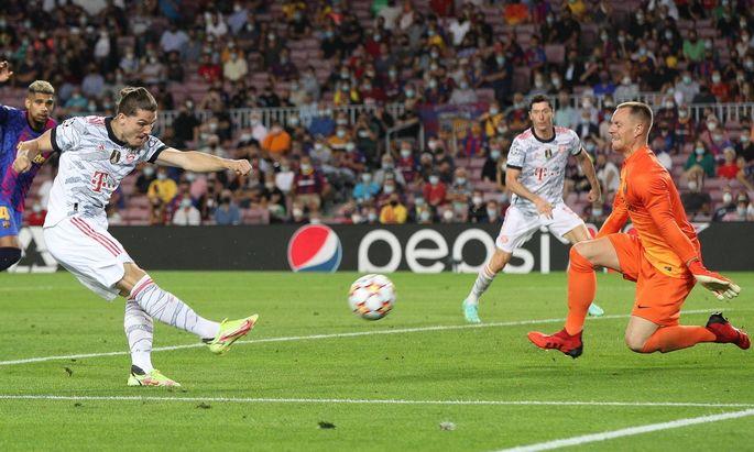Marcel Sabitzer 18 (FC Bayern Muenchen) beim Torschuss auf Marc-Andre ter Stegen 1 FC Barcelona, Barca , FC Barcelona vs