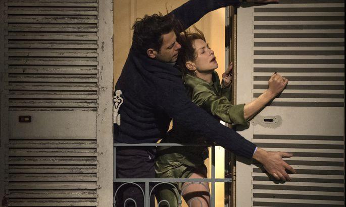 Nur beim Schließen der Fensterläden ist der Mann stark in diesem Film: Isabelle Huppert mit Laurent Lafitte als attraktivem Nachbarn.