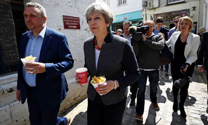 Die britische Premierministerin Theresa May stattet dem Ort Mevagissev im Südwesten Englands einen Besuch ab - inklusive Pommes-Zwischenmahlzeit.