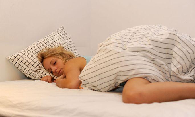 Die längere Dunkelheit im Winter ist ein Grund für das vermehrte Schlafbedürfnis.
