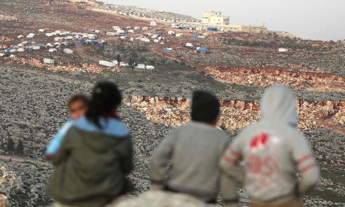 Flucht vor Bomben und Zerstörung: syrische Kinder in einem Flüchtlingslager nahe der türkischen Grenze.