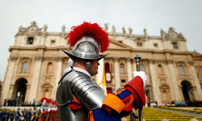 Schweizer Garde vor Beginn der Ostermesse auf dem Petersplatz im Vatikan