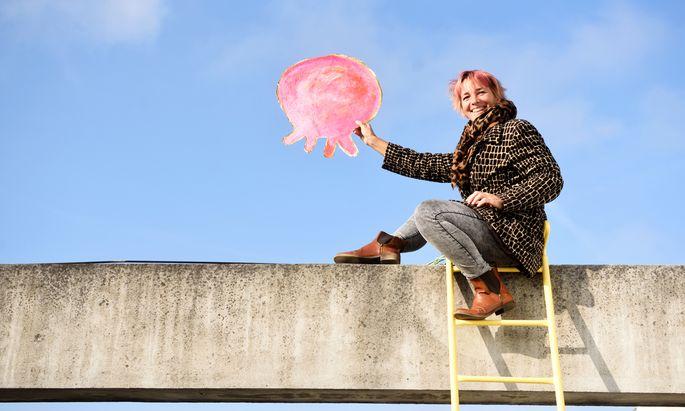 Barbara Anna Husar am Dach ihres Ateliers, wo auch die Idee zu ihrem Heißluftballon entstand.