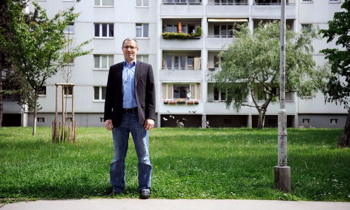 Bisaev in der Brigittenauer Wohnanlage, in der er sein Vereinslokal betreibt.