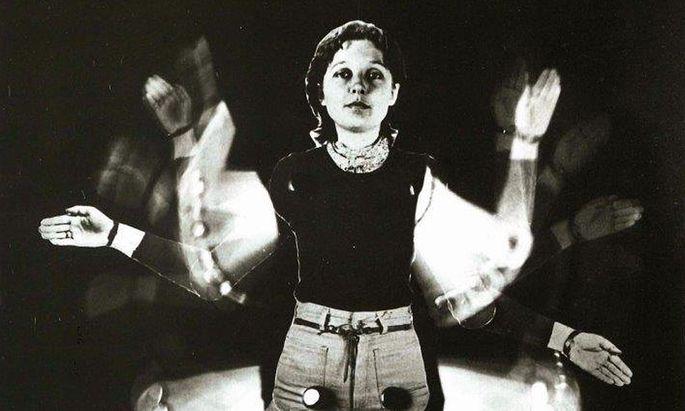 """Durchaus modern, dennoch fremdgesteuert: 1976 entstand das Foto dieser """"Hampelfrau"""" der 2018 bereits verstorbenen Künstlerin Brigitte A. Roth."""