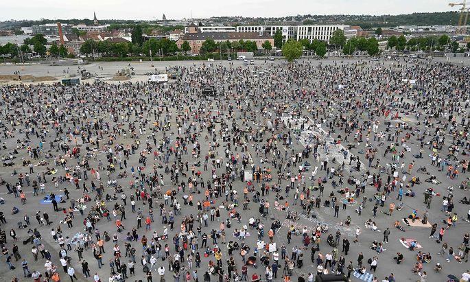 Auf der Stuttgarter Festwiese versammelten sich die Demonstranten unterschiedlichster politischer Extreme.