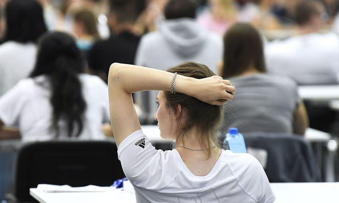 Archivbild: Bewerber vor einem Uni-Aufnahmetest in Wien.