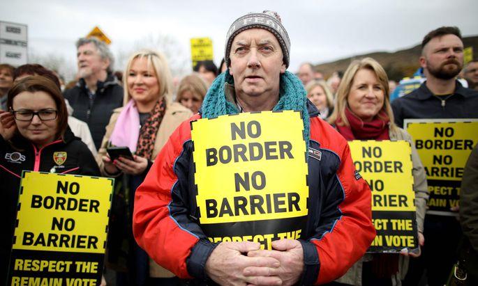 Demonstration gegen die Rückkehr von Grenzkontrollen zwischen dem Norden und der Republik Irland. Die Bevölkerung Nordirlands hatte 2016 für einen EU-Verbleib gestimmt.
