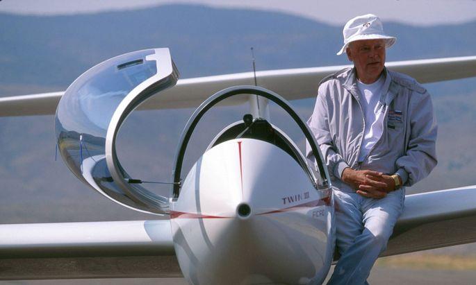 Barron Hilton vor seinem Privatflugzeug