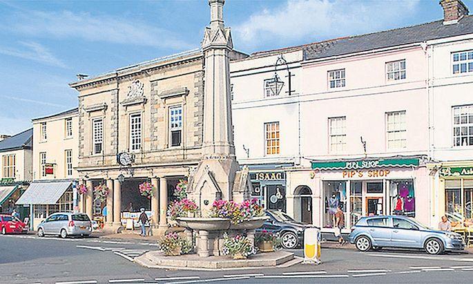In Crickhowell ist man stolz auf die vielen kleinen Einzelhändler in der High Street. Damit das so bleibt, fordern die Ladenbesitzer fairen Wettbewerb: Auch die Multis sollen Steuern zahlen.