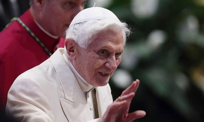 Archivbild aus dem Jahr 2014 beim ersten öffentlichen Auftritt Benedikts nach der Wahl seines Nachfolgers Franziskus.