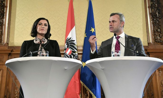 Umweltministerin Köstinger und Verkehrsminister Hofer – hier im Bild bei einer Pressekonferenz nach den Koalitionsverhandlungen – werden heute die Klimastrategie präsentieren.