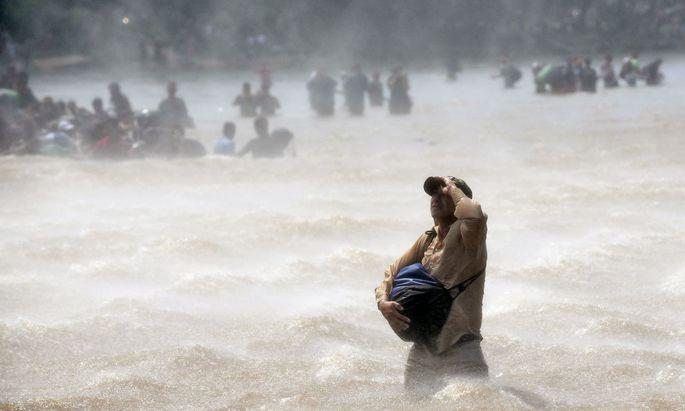 Migranten überqueren den Fluss Suchiate zwischen Guatemala und Mexiko. Trump will sie daran hindern, die USA zu erreichen.