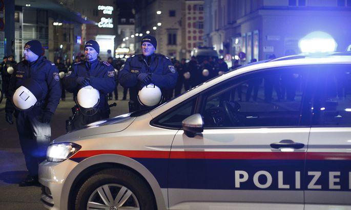 Polizei am Rande der Demo gegen den Grazer Akademikerball